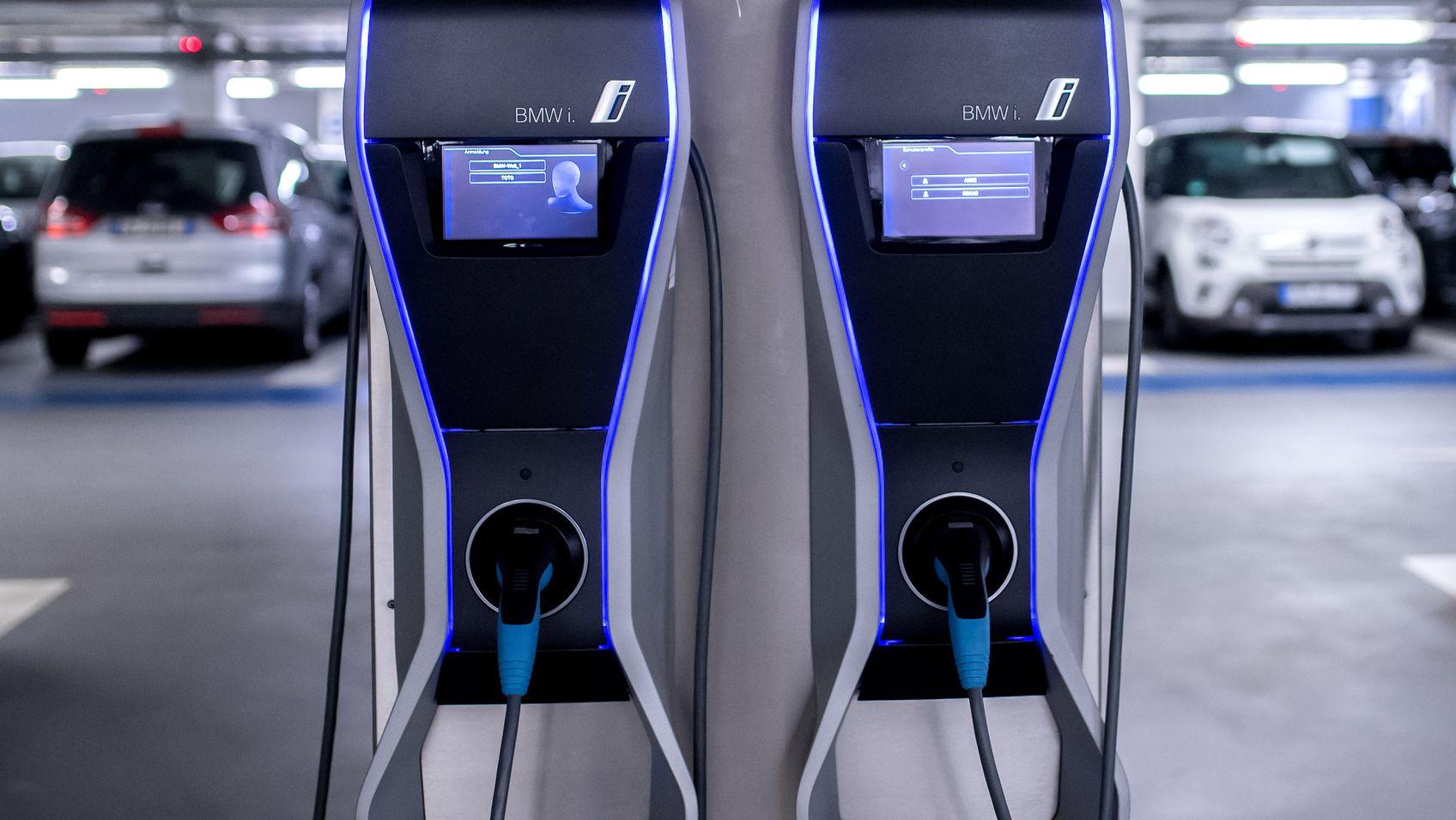 Ein seltener Anblick: Ladestationen von BMW für Elektroautos stehen in einer Tiefgarage.