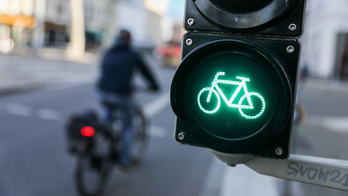 Fahrradsymbol einer Fahrradampel leuchtet grün
