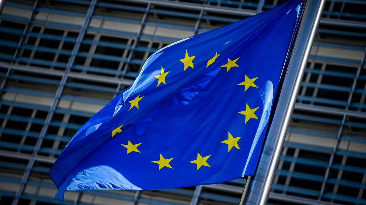EU-Flagge vor Parlament in Brüssel.