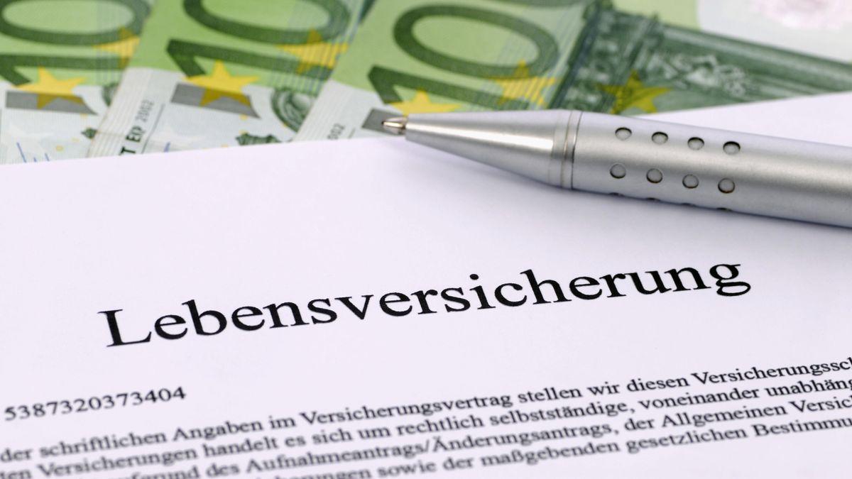 Ein Vertrag über einen Lebensversicherung liegt auf einer Tischplatte, bereit für die Unterschrift.