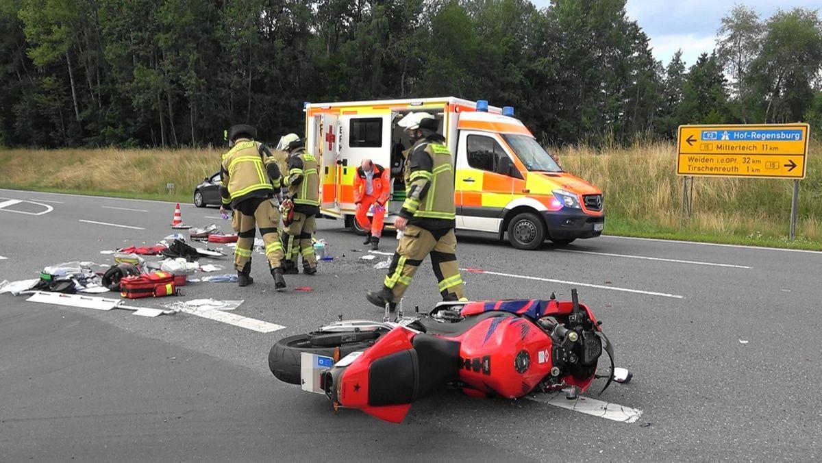 Feuerwehrleute an der  Unfallstelle an der B15 nahe Tirschenreuth.