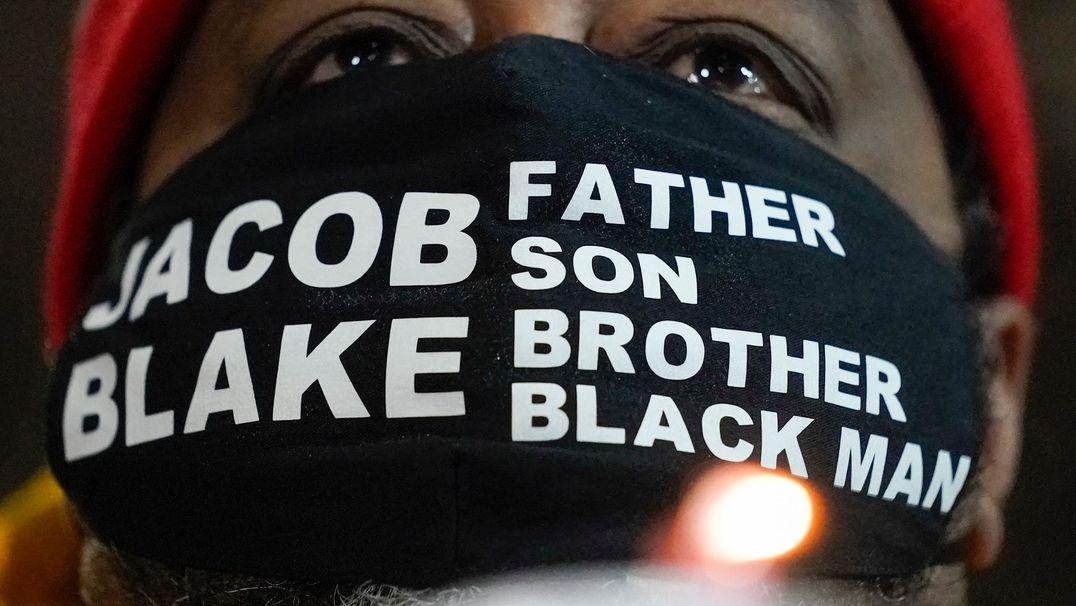 Mundnasenschutz mit dem Namen Jacob Blake, daneben steht: Vater, Sohn, Bruder und Schwarzer