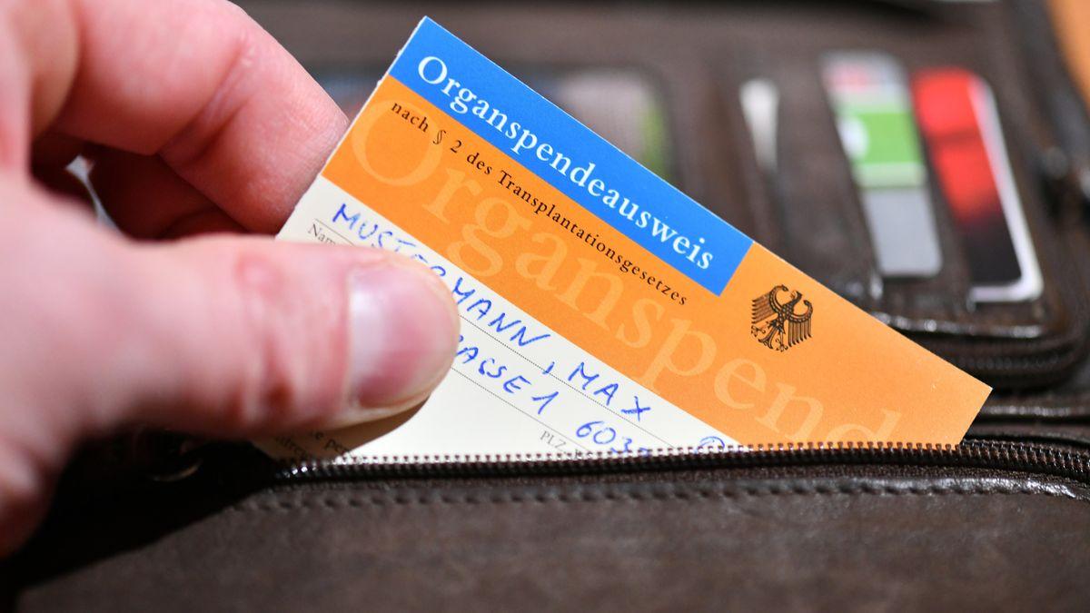 Organspendeausweis im Geldbeutel