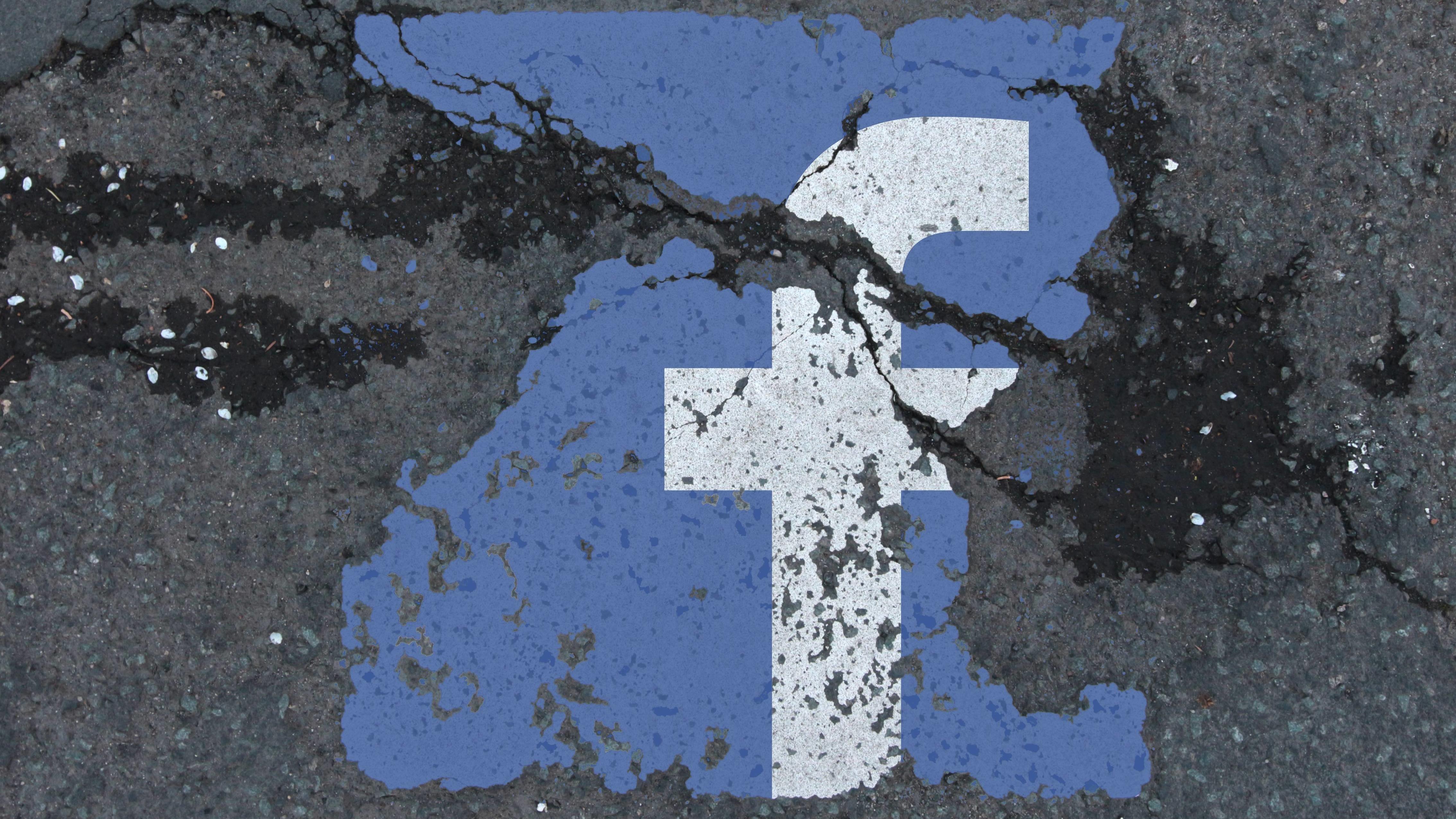 Symbolbild Facebook vs Datenschutz: Risse im Straßenbelag mit erodiertem Facebook Logo
