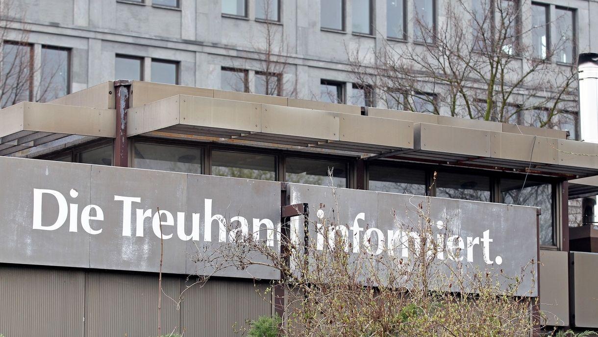 """Der Schriftzug """"Die Treuhand informiert"""" prangt auf einem alten Pavillon am 12.04.2012 in Leipzig (Sachsen). Die Treuhandanstalt war für die Privatisierung der DDR-Betriebe nach der Wende zuständig."""