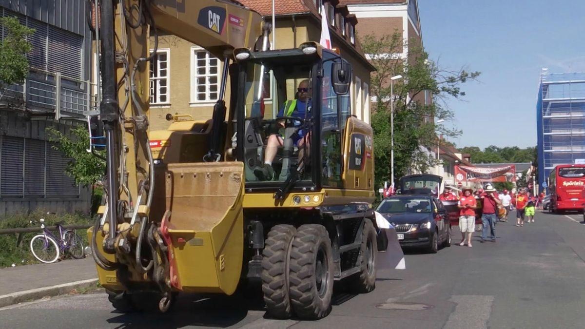 Mit Baggern haben Bauarbeiter aus der Region am Freitag in Erlangen für höhere Löhne und bessere Arbeitsbedingungen demonstriert.