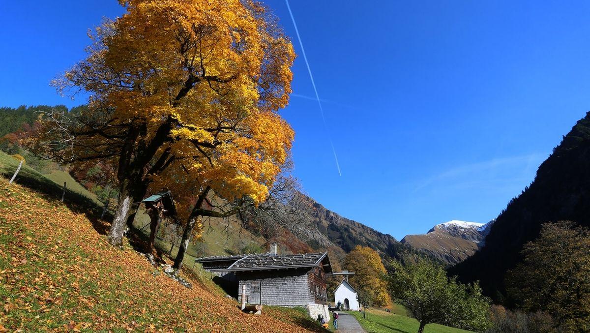 Ehemaliges Bergbauerndorf in herbstlicher Landschaft