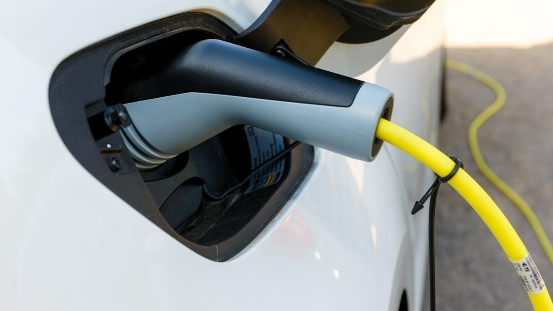 Ein Elektroauto wird mit einem Stromkabel geladen.