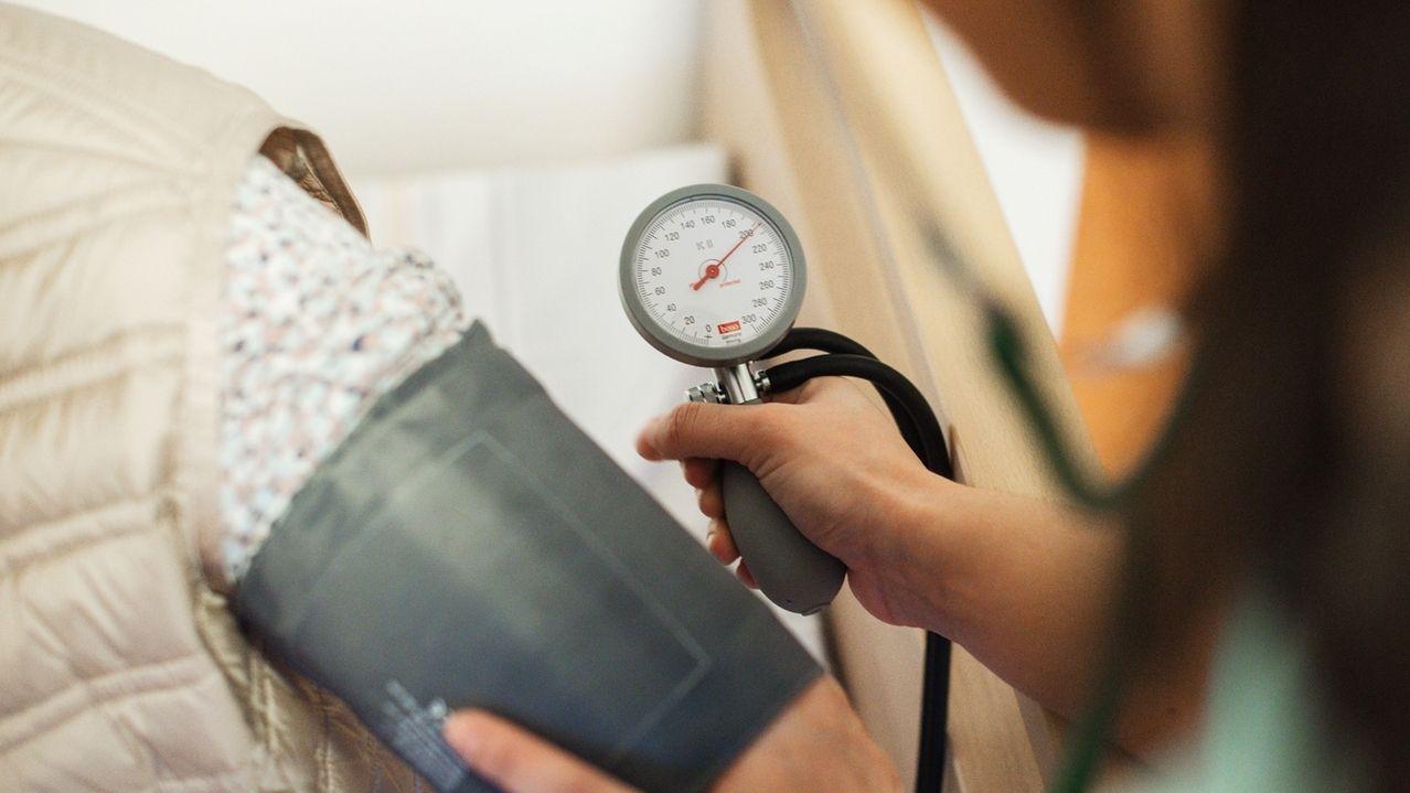 Viele Menschen mit Bluthochdruck nehmen ihre Medikamente morgens ein. Günstiger wäre einer aktuellen Analyse zufolge in vielen Fällen wohl, sie abends vor dem Schlafengehen zu schlucken.