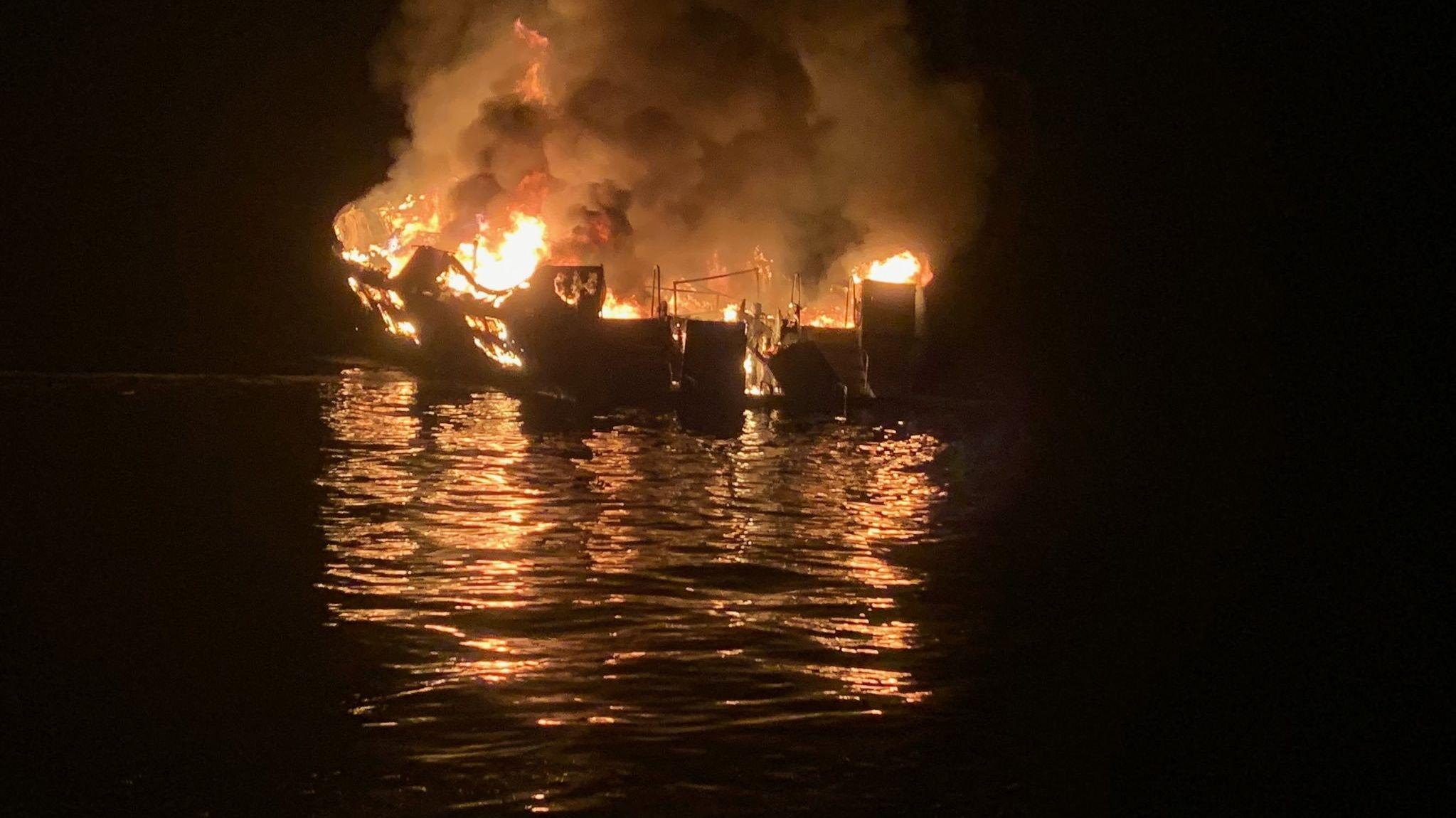 """Am 2. September gegen 3.00 Uhr morgens hatte die """"Conception"""" vor der Küste der Insel Santa Cruz Feuer gefangen."""