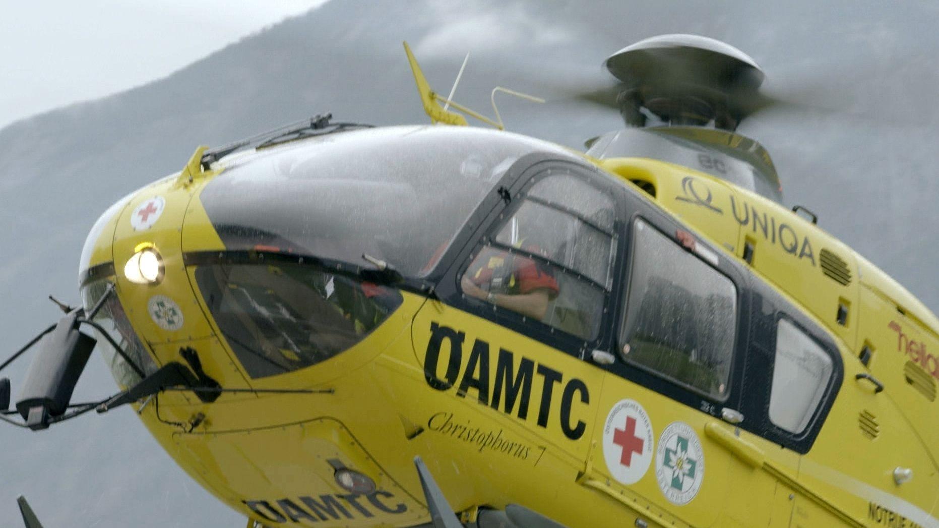 Ein Rettungshubschrauber des Christophorus Flugrettungsvereins des ÖAMTC im Einsatz.