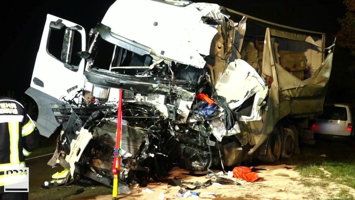 Beide Lastwagen wurden bei dem Zusammenstoß stark beschädigt.