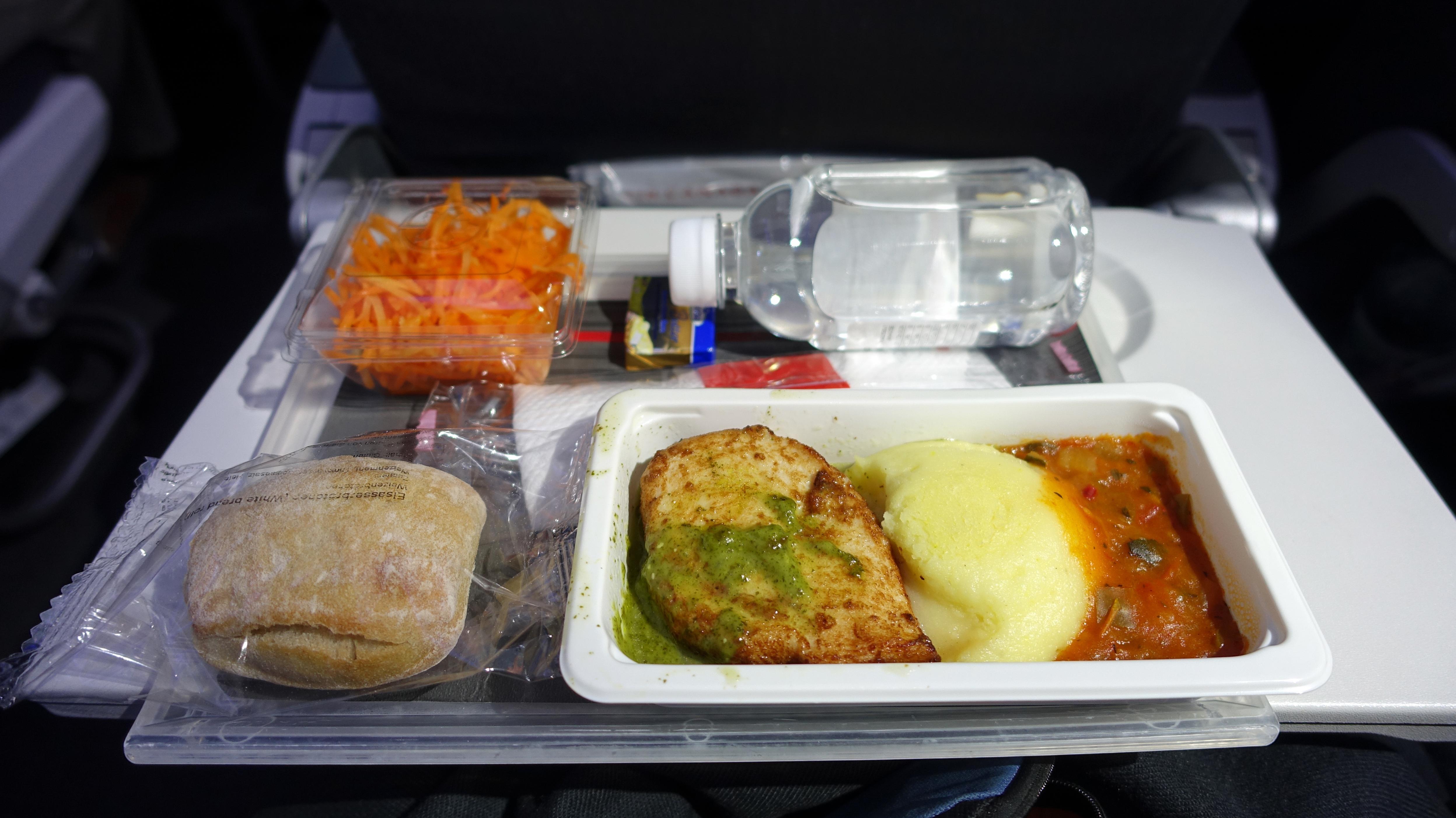 Bordmahlzeit auf aufgeklapptem Flugzeugtischchen