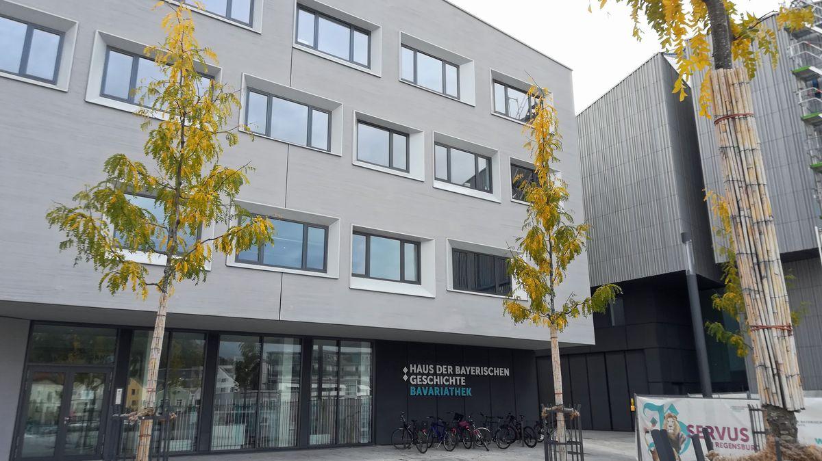 Die Bavariathek liegt unmittelbar neben dem 2019 eröffneten Museum der Bayerischen Geschichte.