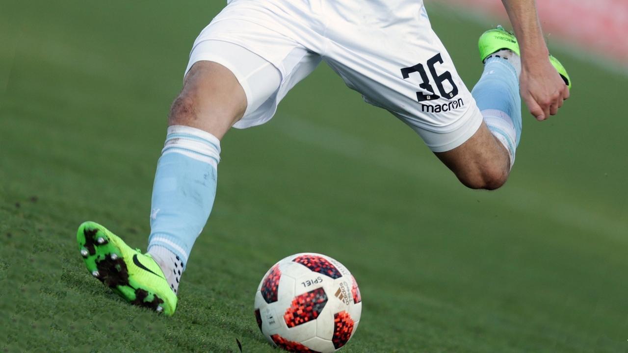 Symbolbild Fußball 3. Liga: Spieler des TSV 180 München spielt den Ball