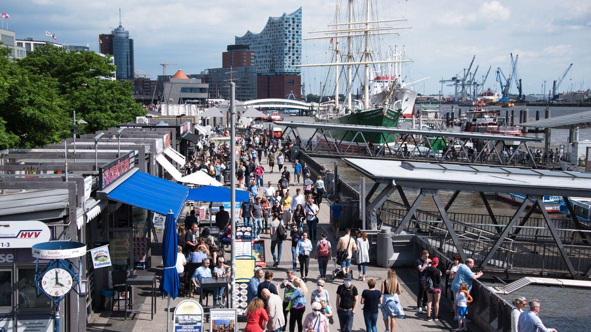 20.6.2020, Hamburg: Spaziergänger am Hafen der Elbe
