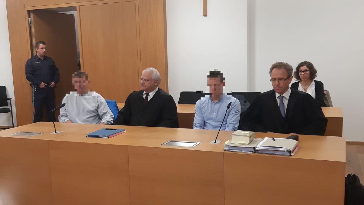 Die Angeklagten mit ihren Anwälten vor dem Landgericht Deggendorf