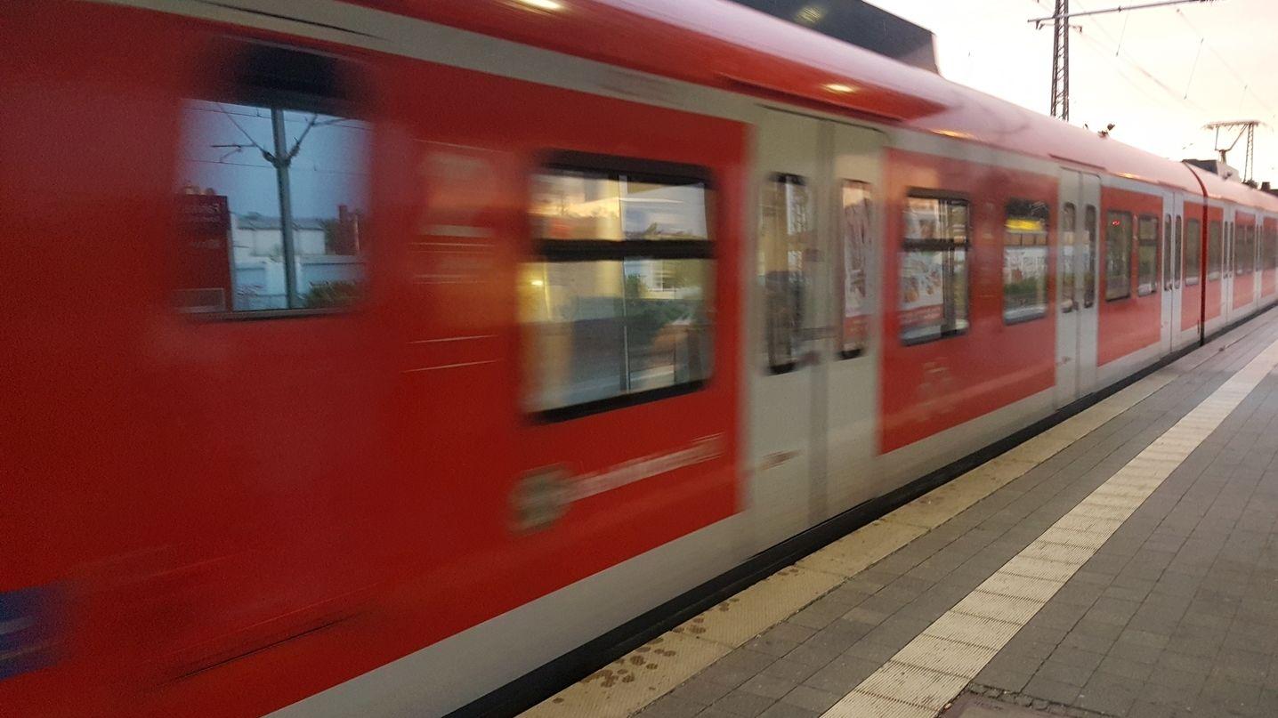 S-Bahn fährt in Bahnhof ein.