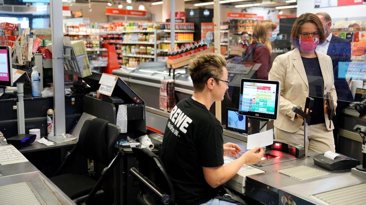 Eine Kassiererin an der Supermarktkasse.