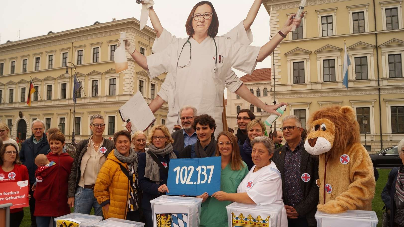 """Mehr als 100.000 Unterschriften hatten die Initiatoren des Volksbegehrens """"Stoppt den Pflegenotstand"""" gesammelt."""