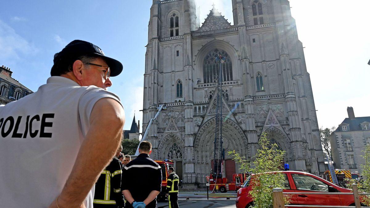Polizist vor Kathetrale in Nantes