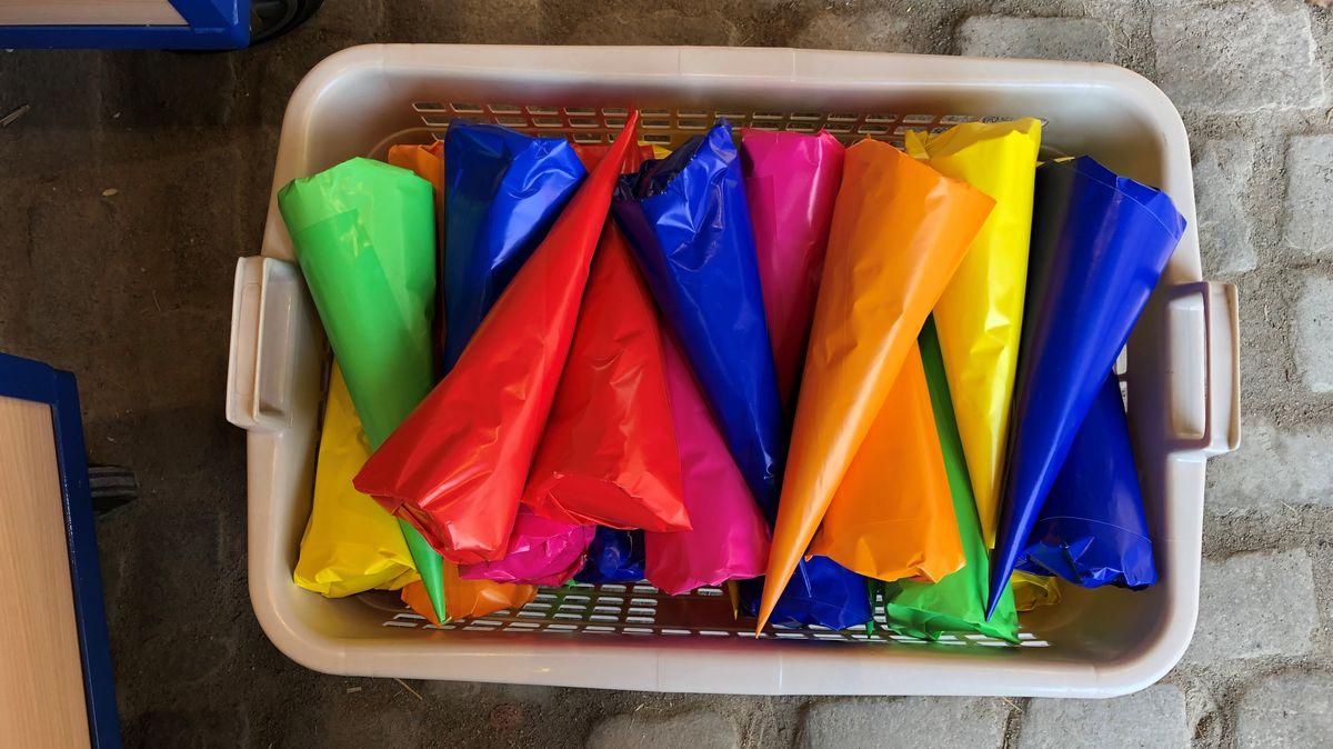 Bunte Tüten mit Süßigkeiten