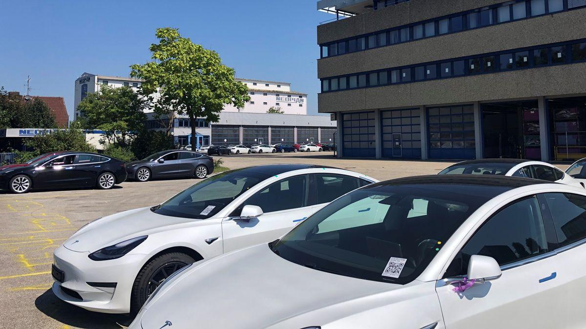 Die ersten Tesla-Fahrzeuge auf dem ehemaligen Neoplan-Gelände in Pilsting