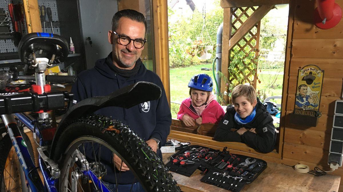 Fahrradexperte Michael Wald berät seine Kunden Marlene und Bastian.