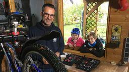 Fahrradexperte Michael Wald berät seine Kunden Marlene und Bastian. | Bild:BR24/Burkert