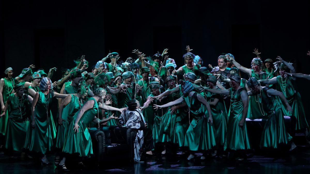 Chor als Volk von Rom in grünen Kleidern