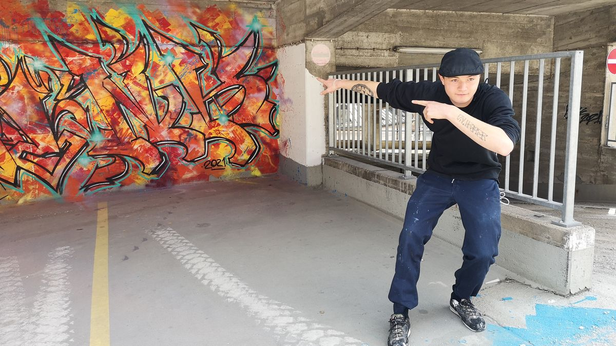 Buntes Graffiti auf einer Wand im Parkhaus