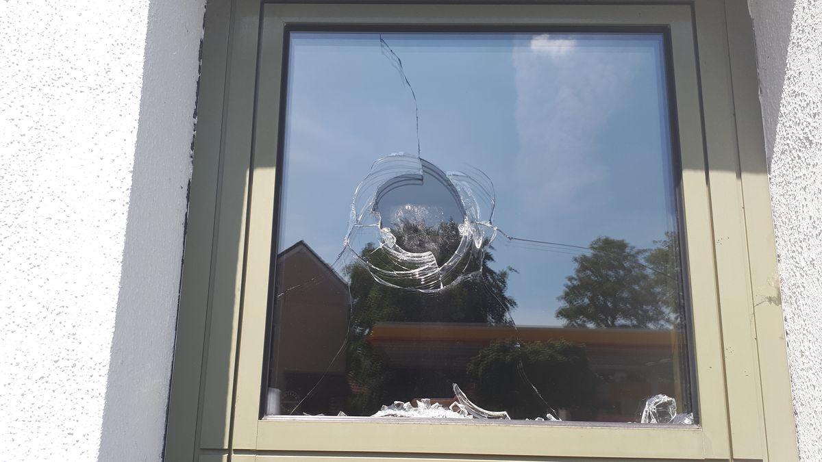Etwa 50 Jugendliche haben versucht, die Polizeiwache in Starnberg zu stürmen. Sie wollten einen 15-Jährigen befreien, der zuvor auf einer Feier am Gymnasium Starnberg randaliert hatte. Laut Polizei ist der junge Mann kein Schüler des Gymnasiums.
