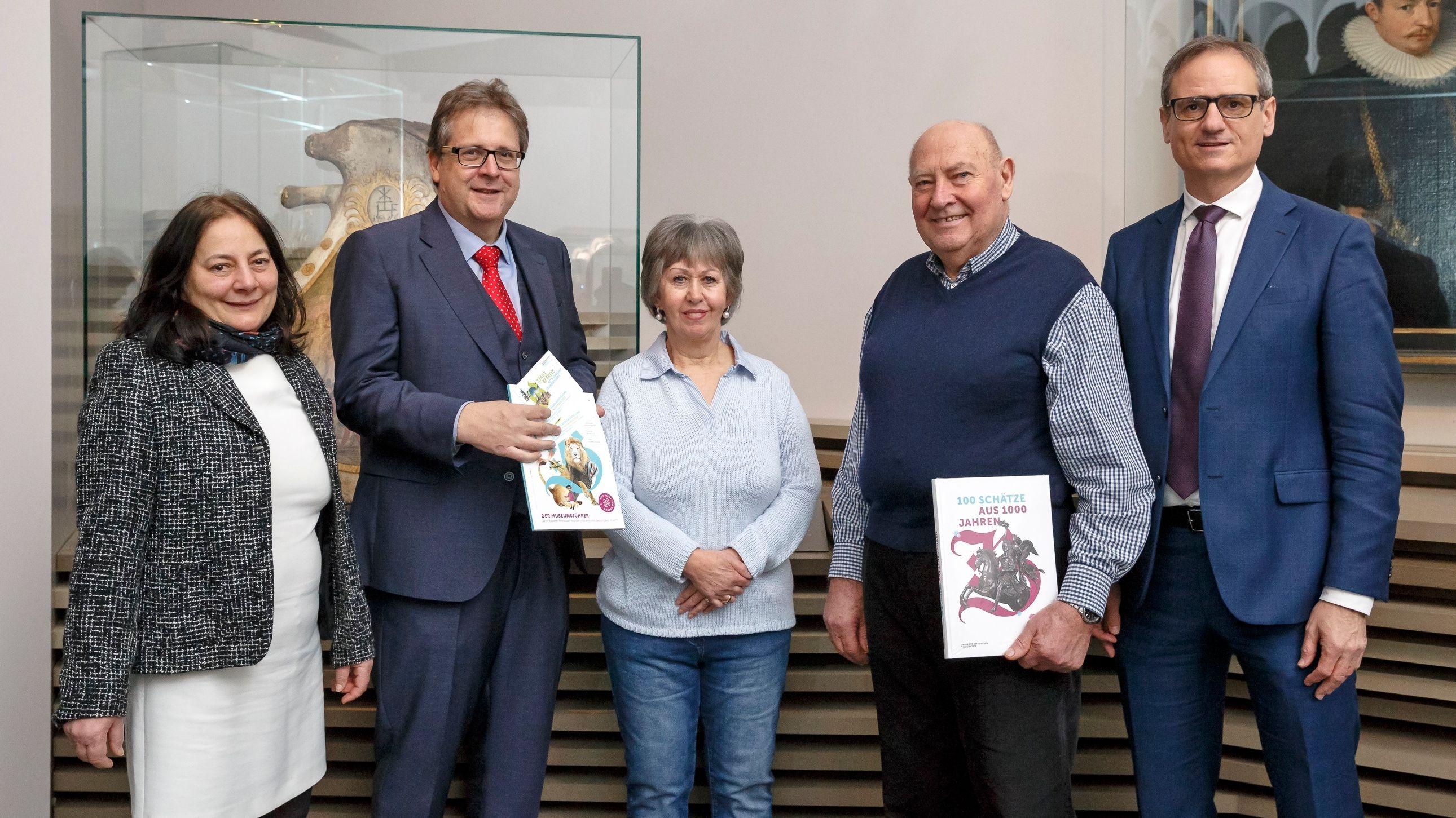 Richard Loibl, Direktor des Hauses der Bayerischen Geschichte übergibt Veronika Haimerl Lesestoff zu den Austellungen