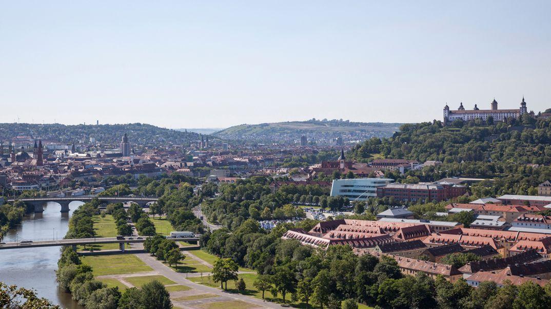 Blick auf die Stadt Würzburg samt Main und Festung