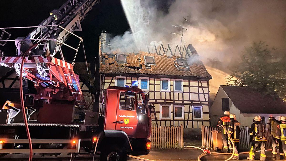 Feuerwehrleute versuchen den Dachstuhlbrand unter anderem mit einer Drehleiter zu löschen.
