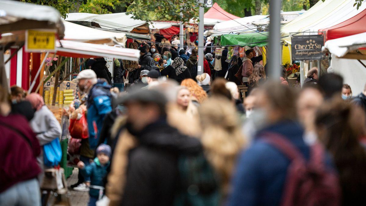 Zahlreiche Besucher gehen Mitte Oktober über den Wochenmarkt am Maybachufer in Neukölln.