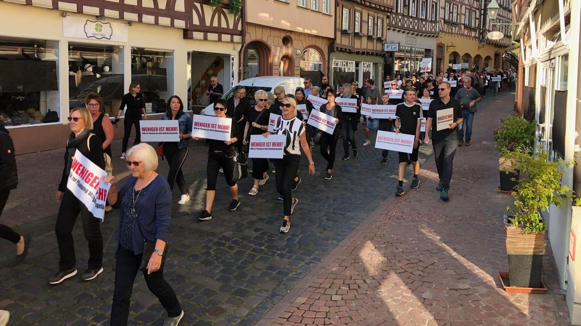 Miltenberger Einzelhändler demonstrieren gegen geplantes Märktezentrum.