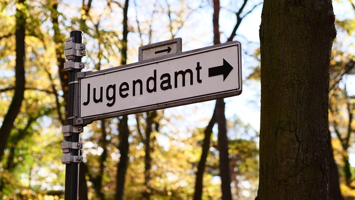 """Weißes Schild mit schwarzer Aufschrift """"Jugendamt"""""""