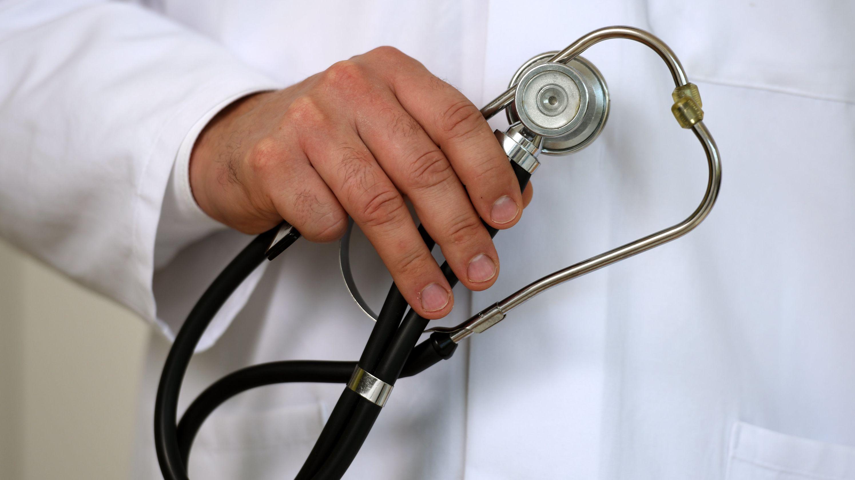 Ein Arzt hält ein Stethoskop in der Hand.