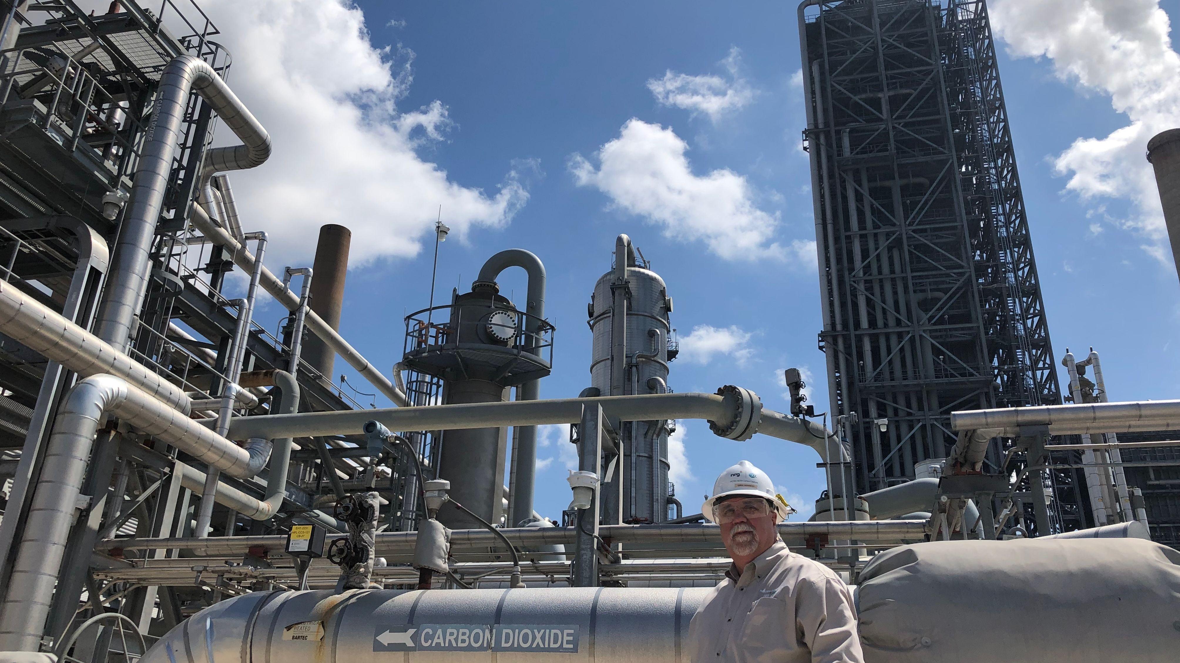 Produktionsleiter Robert Pates von Freeport LNG vor dem Flüssigerdgasterminal.