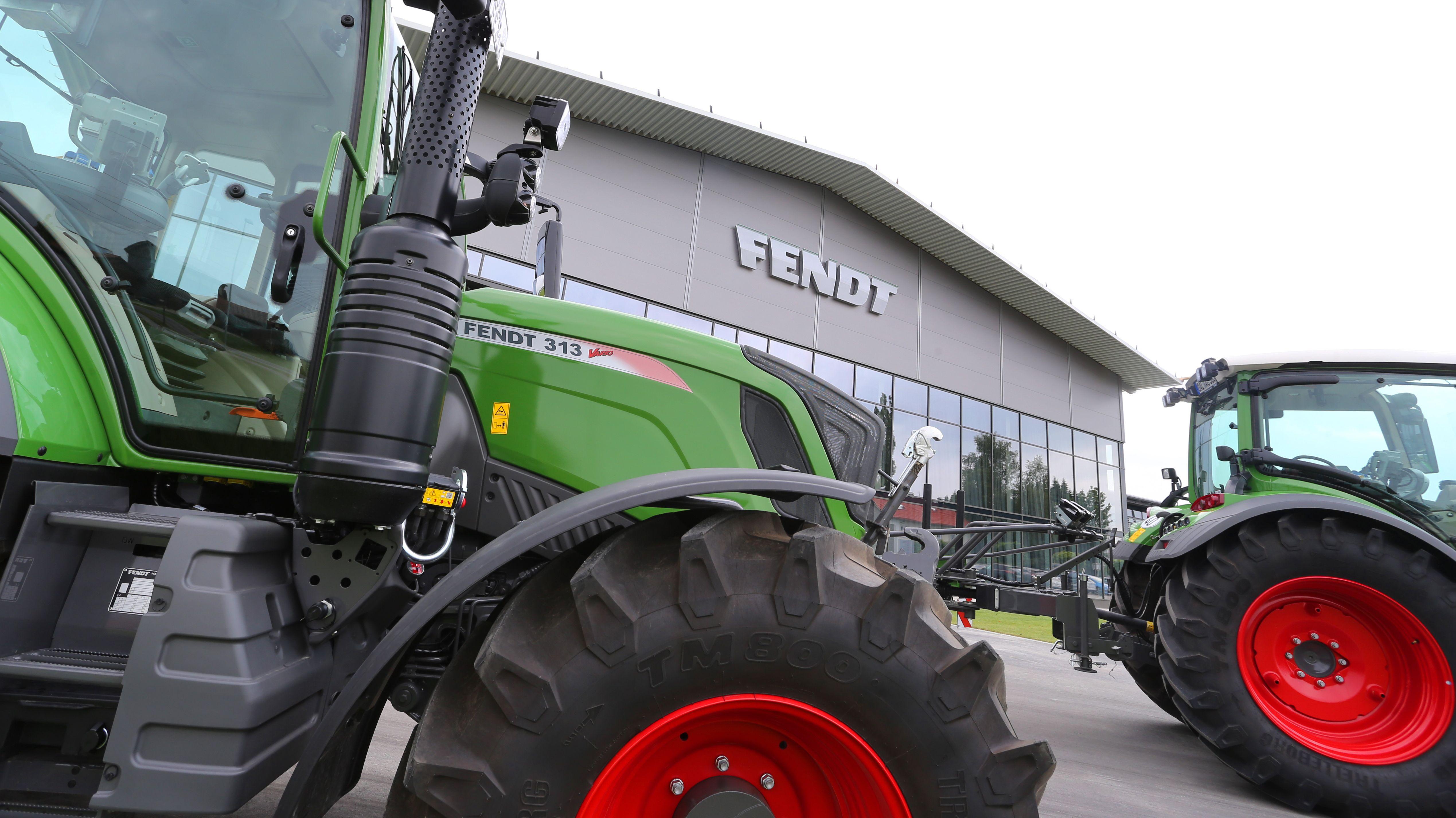 Traktoren stehen bei der Jahreskonferenz des Traktorenherstellers AGCO/Fendt an dessen Unternehmenssitz.