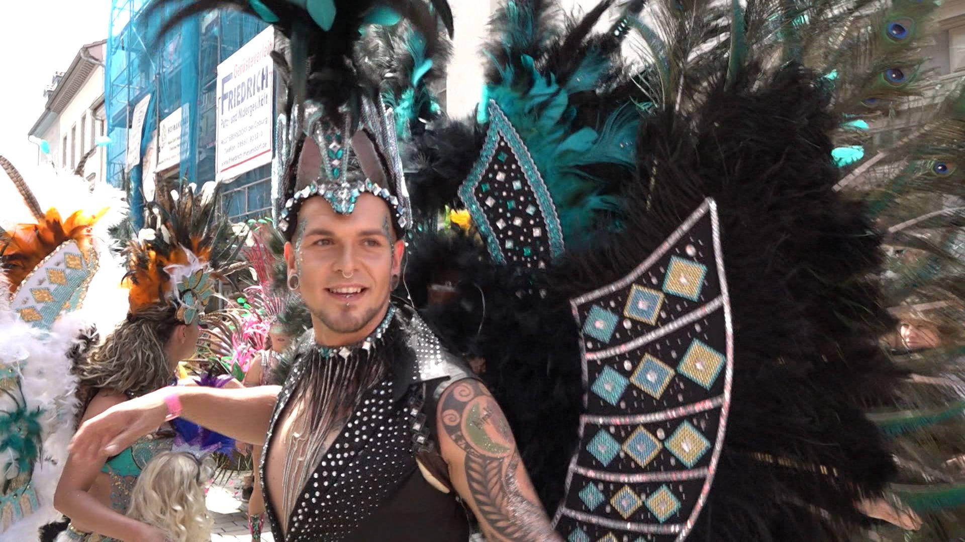 Geschmückter Sambista tanzt in Coburg auf der Straße