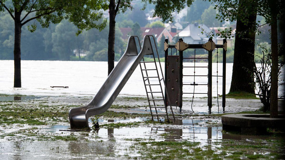 Bayern, Passau: Ein Spielplatz in der Altstadt ist vom Hochwasser der Donau überschwemmt.