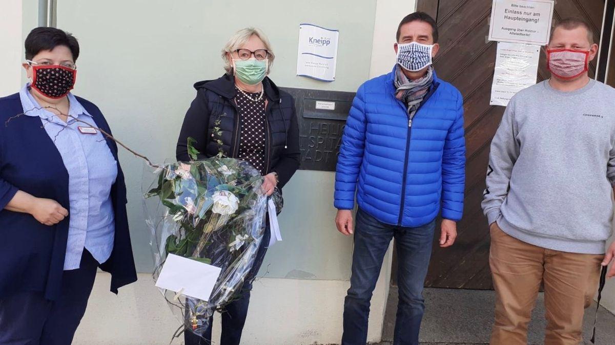 Zum Dank für die gespendeten Mund-Nasen-Masken gab es für die Näherin Blumen