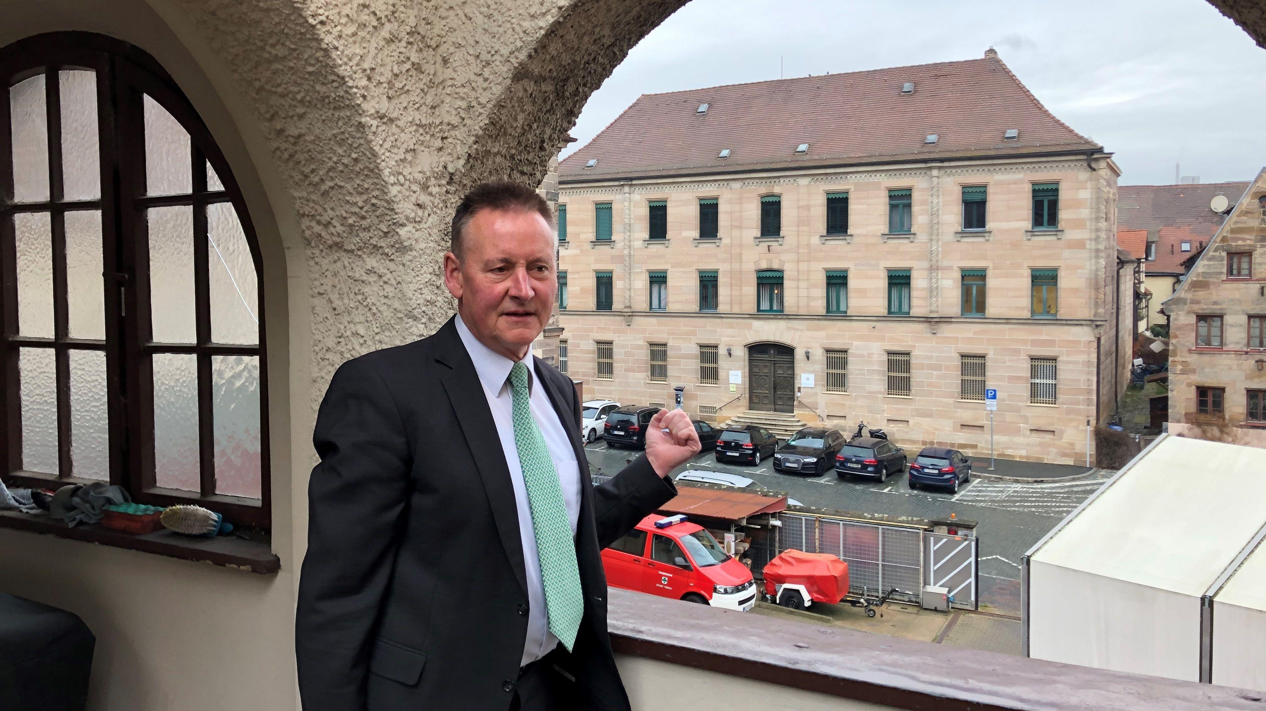 Fürths Oberbürgermeister Thomas Jung auf dem Balkon der alten Feuerwache