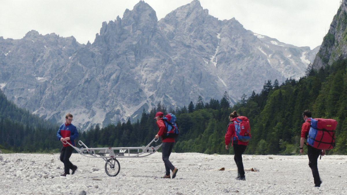 Bergwacht-Mitarbeiter üben den Transport mit der Gebirgstrage