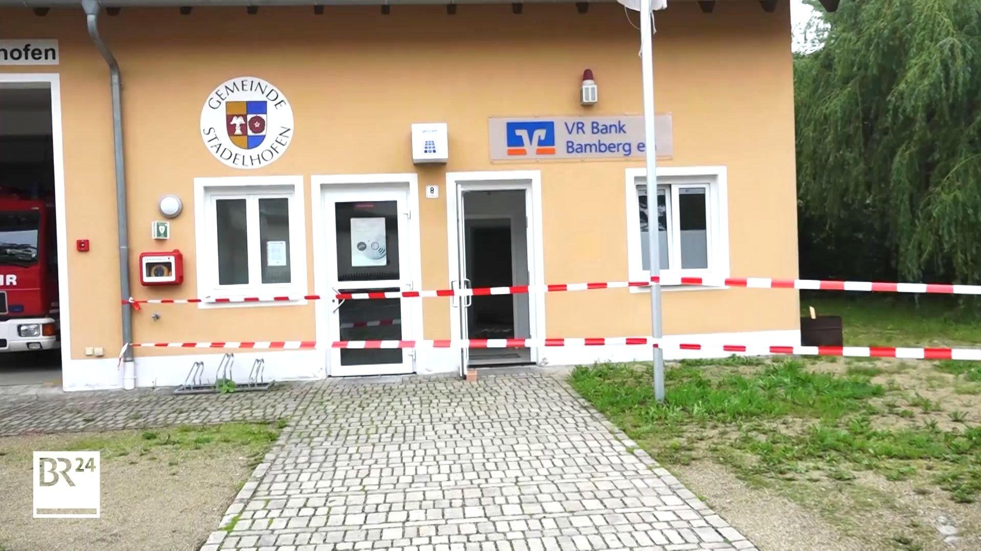 Die Bankfiliale wurde mit rot-weißem Band von der Polizei abgesperrt.