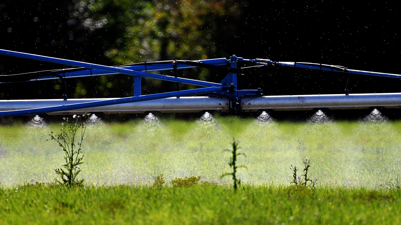 Ein Landwirt bringt das Pflanzenschutzmittel Glyphosat auf einem Feld aus.