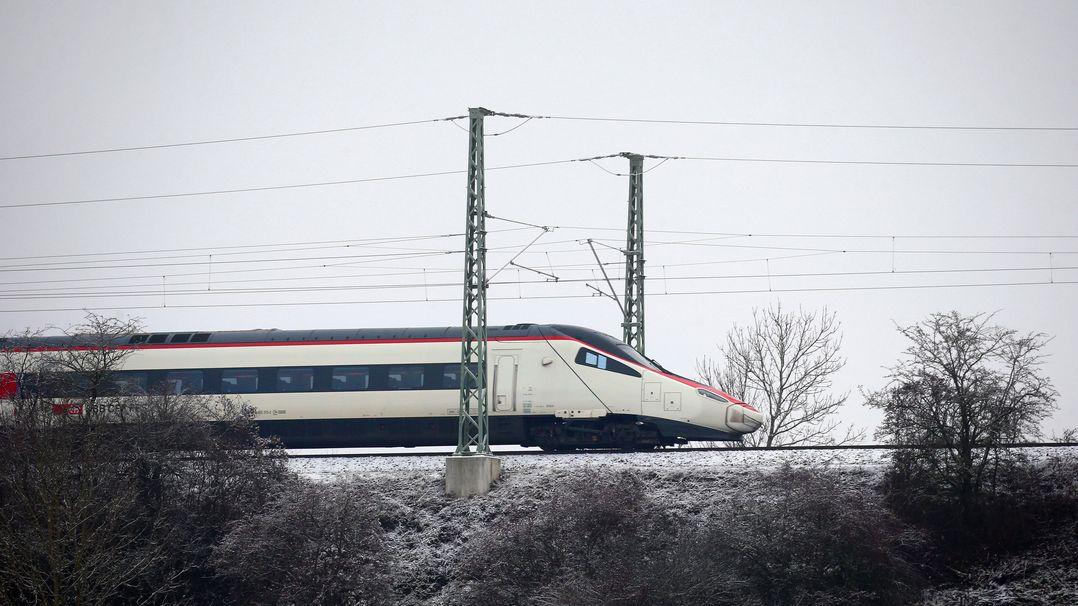 Ein Schweizer Zug während einer Testfahrt auf der elektrifizierten Strecke München-Lindau.
