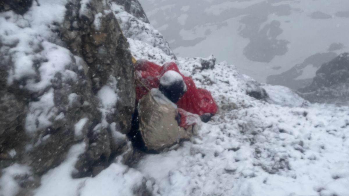 Vollkommen erschöpfter Bergsteiger am Jubiläumsgrat